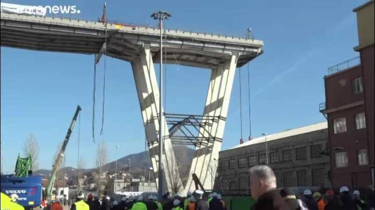Deux piles restantes du pont de Gênes détruites à l'explosif