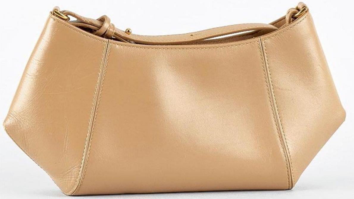 Un petit sac en cuir beige de la même marque. Lot vendu chez Horta, 55cb472dc88