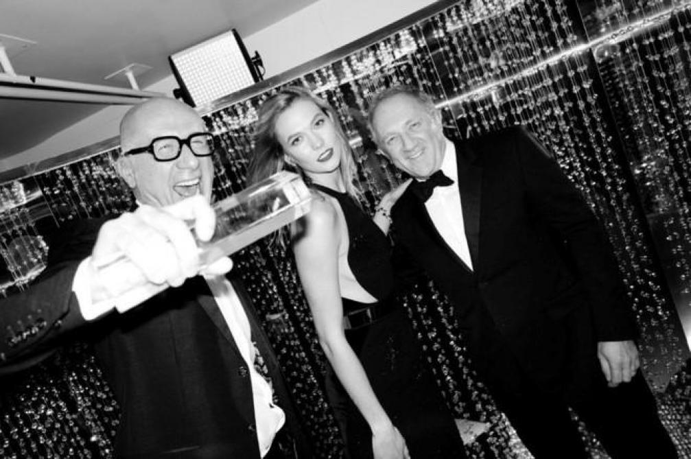 Marco Bizzarri (à gauche) avec la mannequin Karlie Kloss et son patron François-Henri Pinault (à droite), après avoir reçu le prix de l' « International Business Leader » lors des « fashion awards » britanniques, en décembre 2016 à Londres.