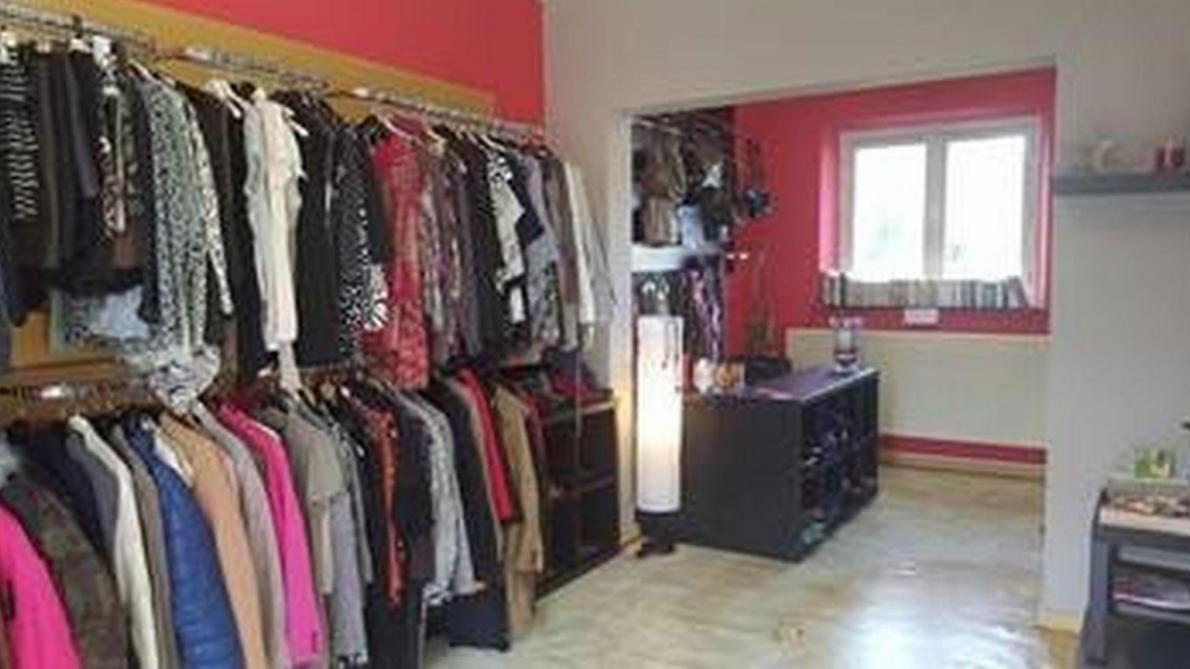 358d080181 Dans cette Vestiboutique, on trouvera des vêtements de qualité pour  enfants, hommes et femmes