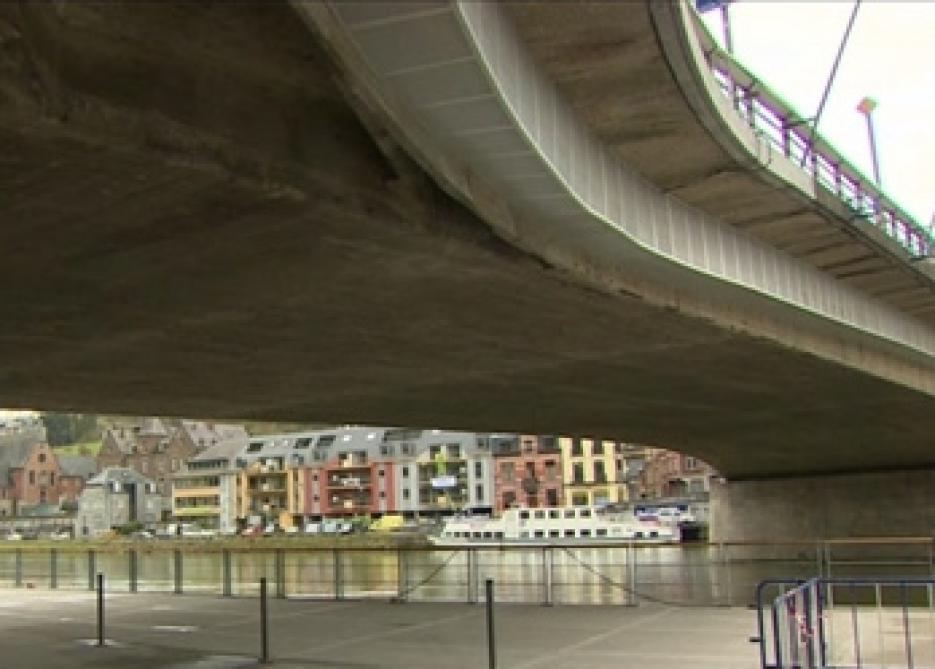 Le pont de Dinant serait trop bas pour les autobus (vidéo)