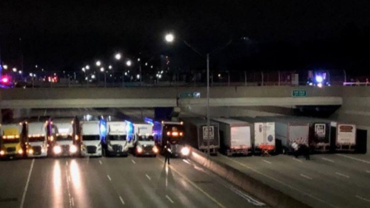 Des camions s'alignent sur une autoroute pour aider un homme suicidaire
