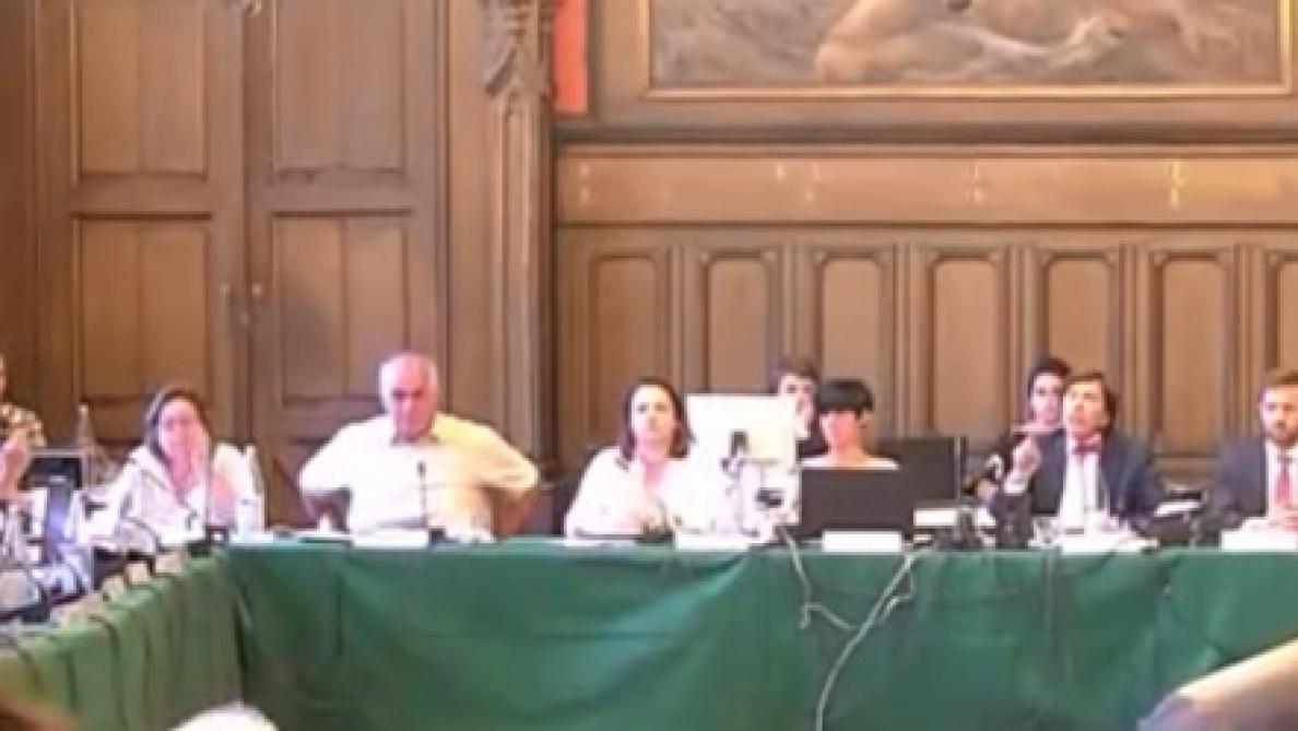 Le ton est monté au conseil communal de Mons entre Elio Di Rupo et Georges-Louis Bouchez: voici la vidéo du clash!