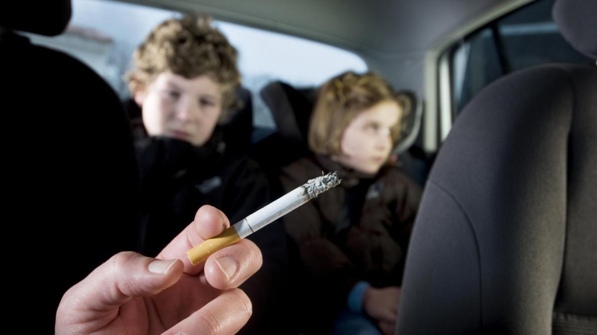 Il est désormais interdit de fumer en voiture en présence d'un ...