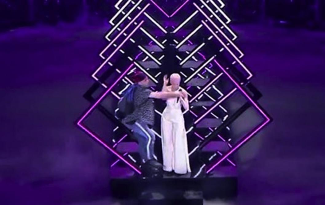 Un homme vole le micro de la Britannique en pleine prestation — Eurovision