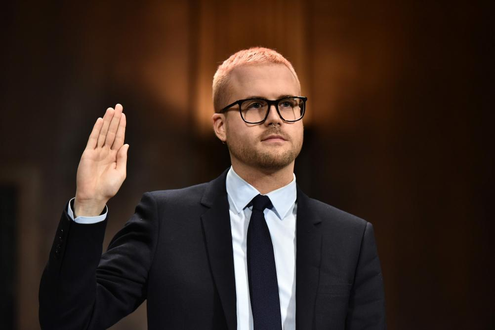 AFP PHOTO / Mandel NGAN. Christopher Wylie prête serment avant son audition devant le Congrès.