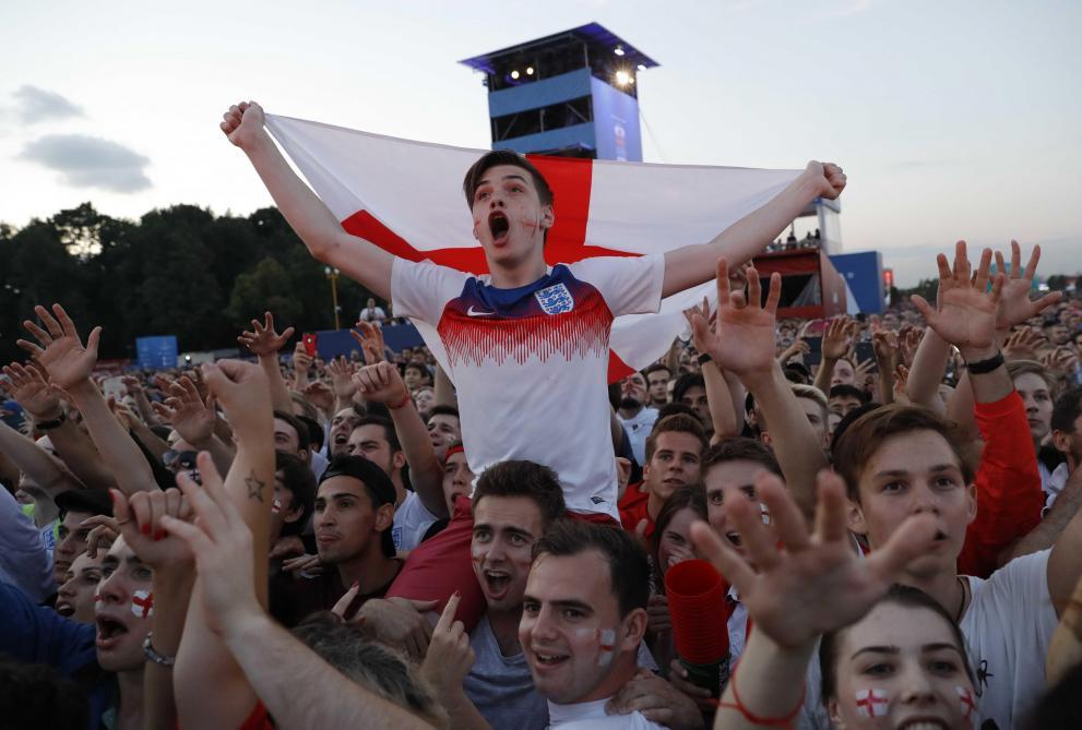 Coupe du monde l incroyable c l bration des supporters anglais apr s le but de trippier contre - Coup du dragon en anglais ...
