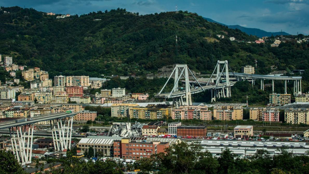La maquette du nouveau projet s'effondre en pleine présentation — Pont de Gênes