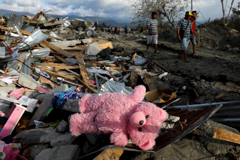 2000 morts, 10000 blessés et 700 disparus — Séisme en Indonésie