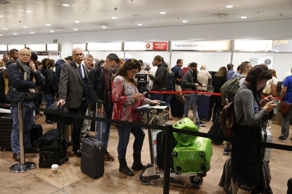 The queues are getting longer, passengers seek information on their flights. © Belga
