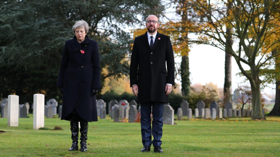 Theresa May se recueille au cimetière militaire — Saint-Symphorien