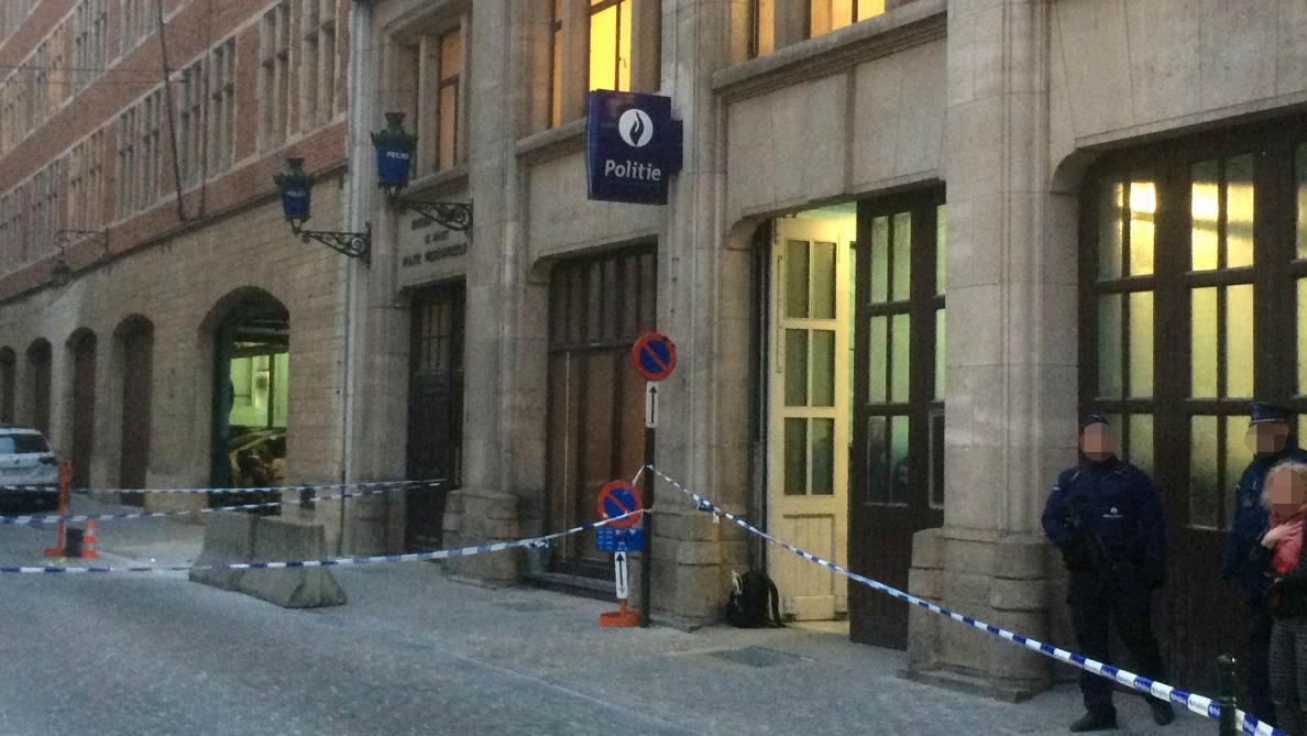 Un policier attaqué au couteau ce matin devant le commissariat principal de Bruxelles-Ville: la piste d'un déséquilibré est privilégiée