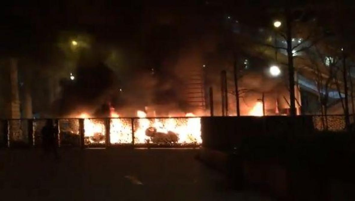 Paris: plusieurs voitures en feu devant le siège du journal «le