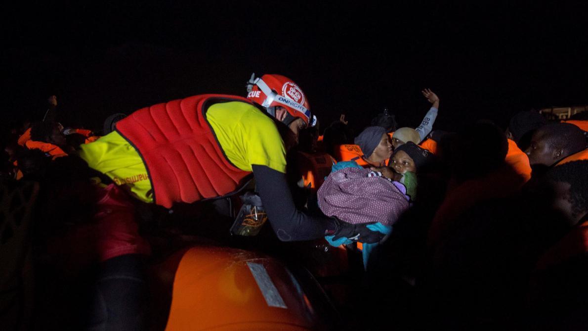 Abandonnés en Méditerranée, des migrants cessent de s'alimenter