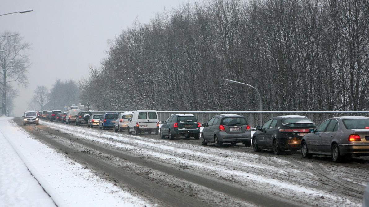 Neige, sol glissant et trafic routier dangereux: l'IRM lance une alerte jaune sur tout le pays