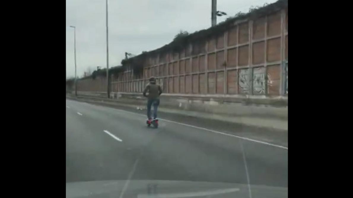 Il roule à 85km/h sur l'autoroute… en trottinette électrique