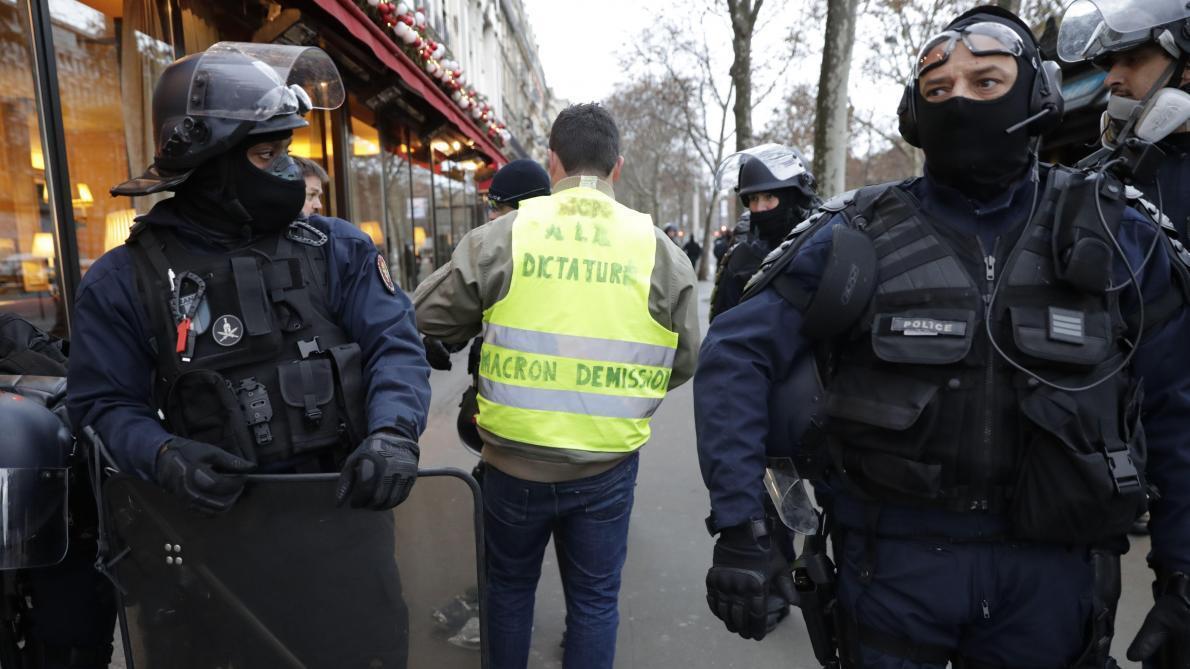 Gilets jaunes France: le Défenseur des droits demande la «suspension» des lanceurs de balles de défense