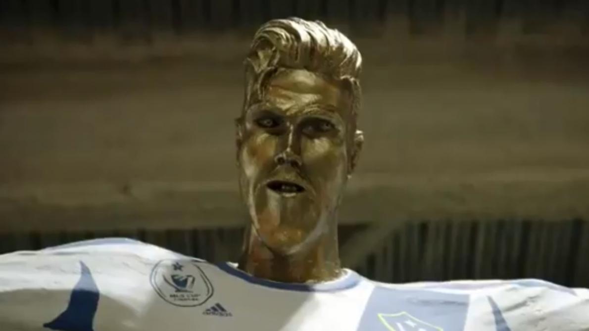 David Beckham piégé par une statue à son effigie — Buzz déjeuner