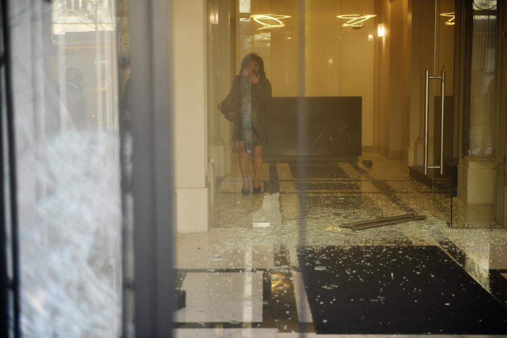 Gilets jaunes à Paris les Champs-Élysées saccagés par des pilleurs