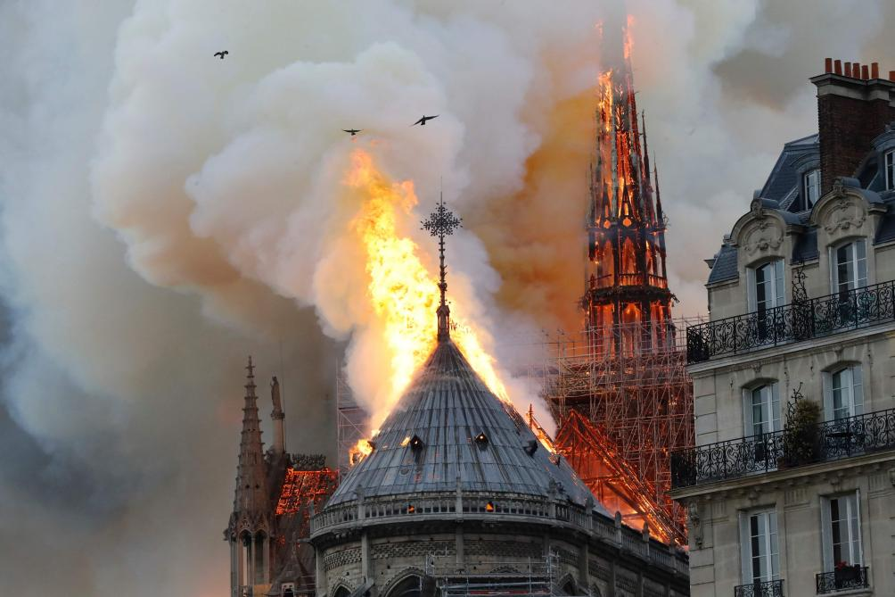 Incendie à la cathédrale de Notre-Dame de Paris — VIDÉOS