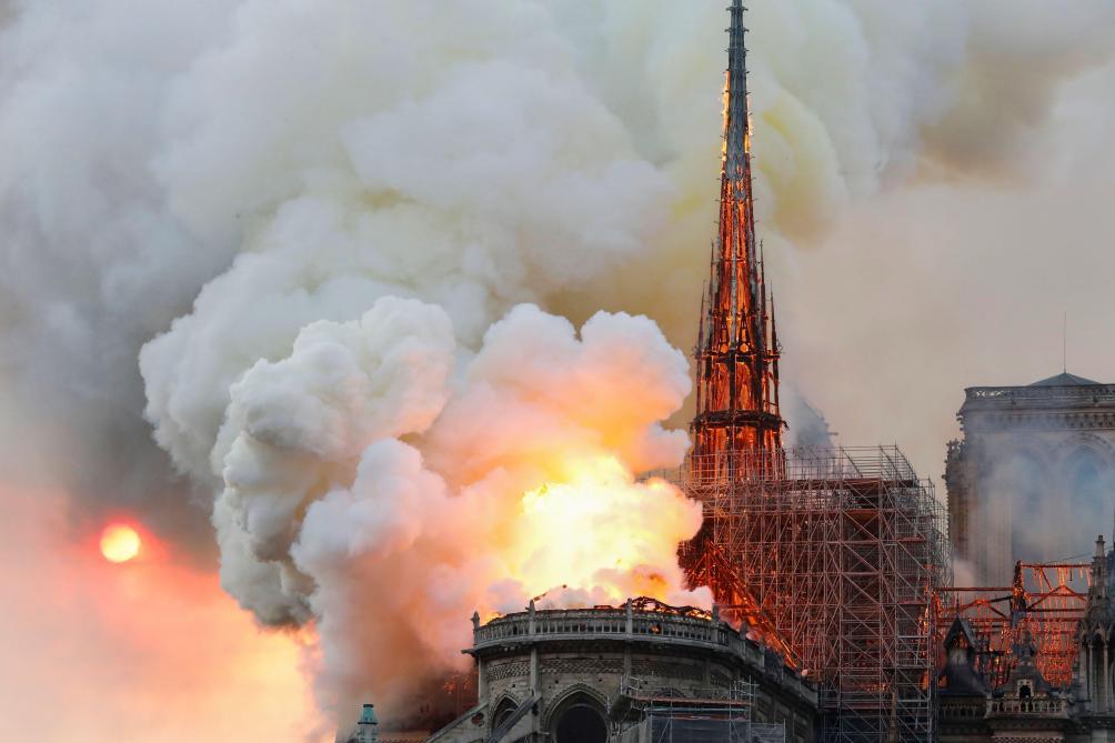 Impressionnant incendie à Notre-Dame à Paris, le toit menace de s'effondrer