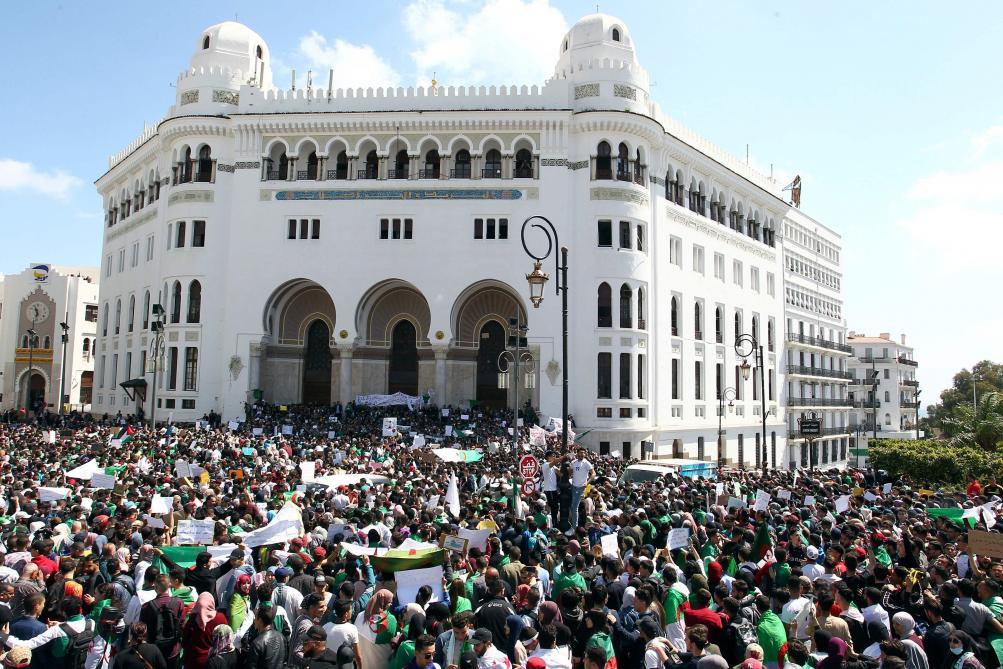 : Crise en Algérie: foule immense dans les rues pour un 9e vendredi de manifestations