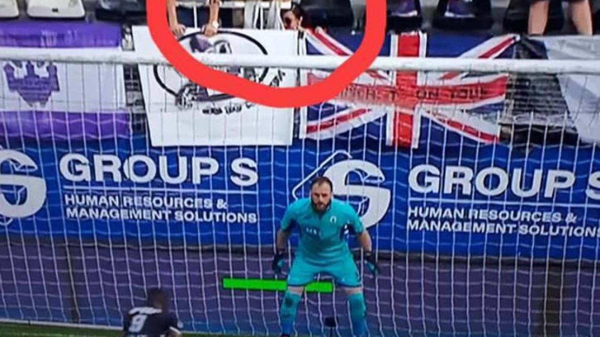 : Ce détail qui vous a probablement échappé: un supporter baisse son pantalon au moment où Niane ouvre le score pour Charleroi (photo)