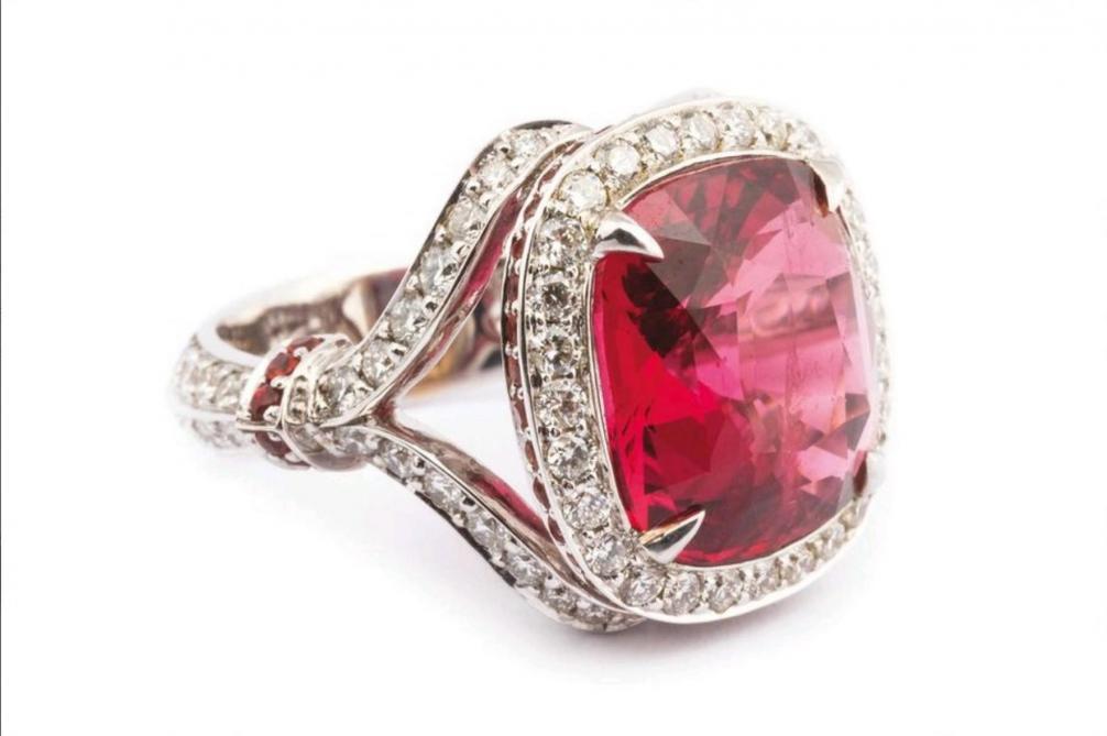 1ef646bf44a Bague en or gris 18k (750 millièmes) pavée de diamants sur les épaules et