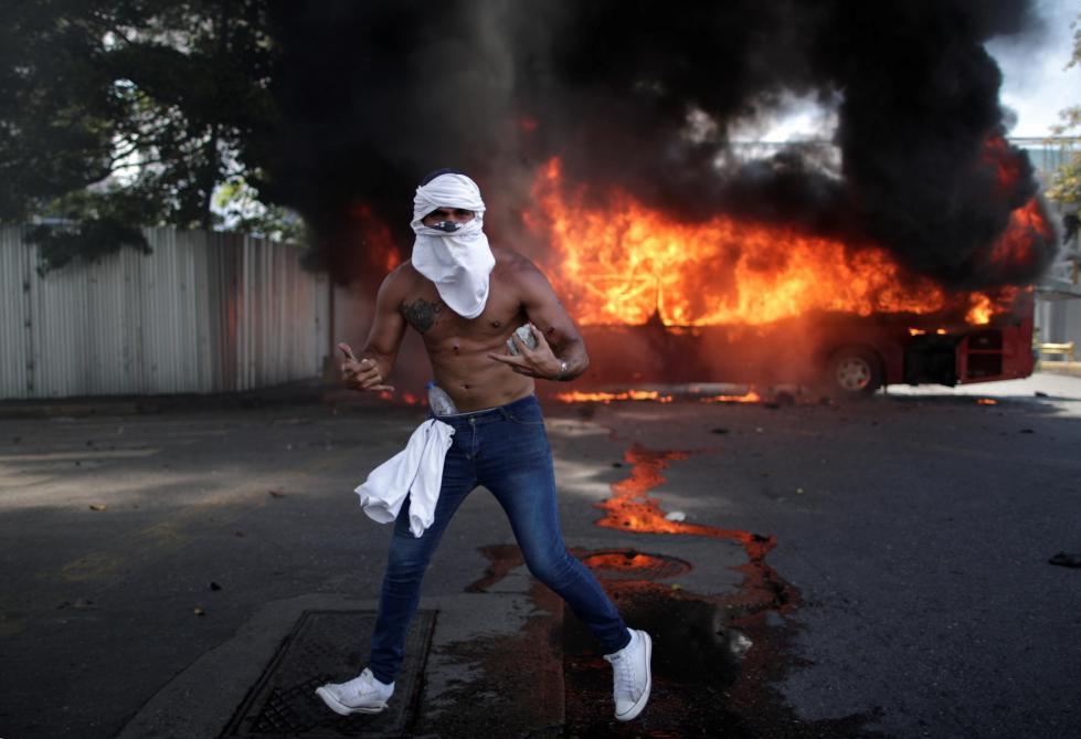Gaz lacrymogènes, véhicules blindés, blessés…: les images des affrontements au Venezuela