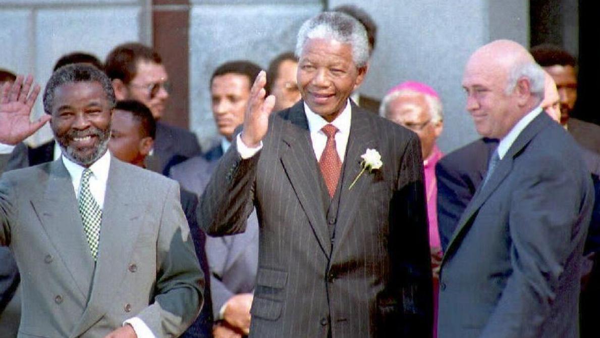 Nelson Mandela entouré de Thabo Mbeki et de Frédérik de Klerk