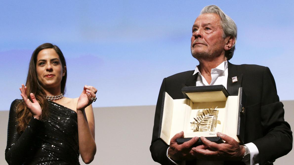 Alain Delon à Cannes: une Palme d'or d'honneur pour un monstre sacré émouvant