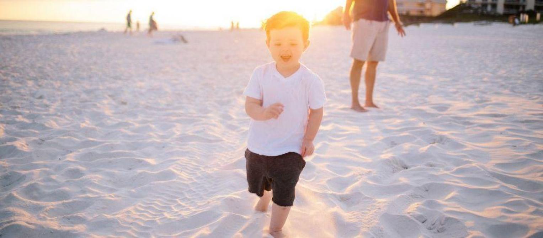 Test-Achats alerte sur des sprays solaires pour enfants