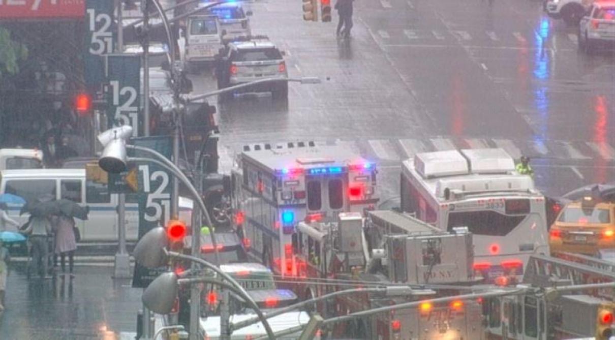 Un hélicoptère se crashe sur un immeuble à Manhattan — New York