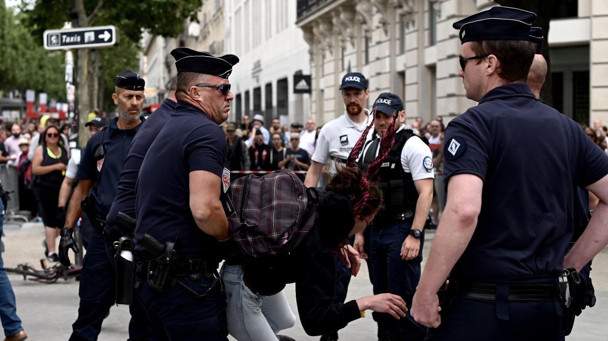 14 juillet: tensions sur les Champs-Elysées occupées par des gilets jaunes, déjà 152 interpellations