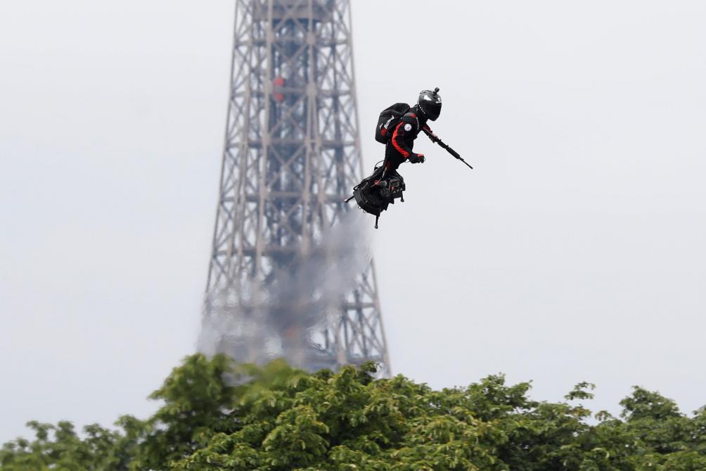 Un «homme volant» au-dessus des Champs-Elysées: toutes les images du «Flyboard»