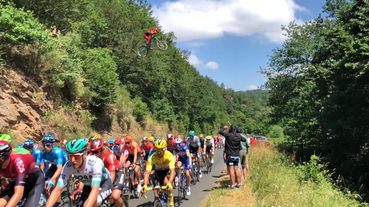 L'impressionnant saut d'un vététiste au-dessus du peloton du Tour de France