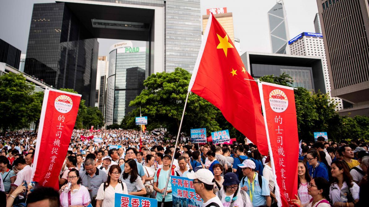 Hong Kong des dizaines de milliers de manifestants pro-gouvernementaux dans les rues