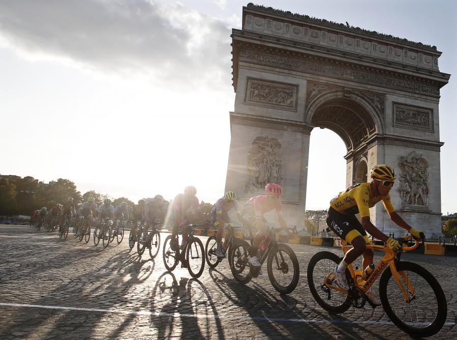 Tour de France: les belles images des coureurs traversant Paris