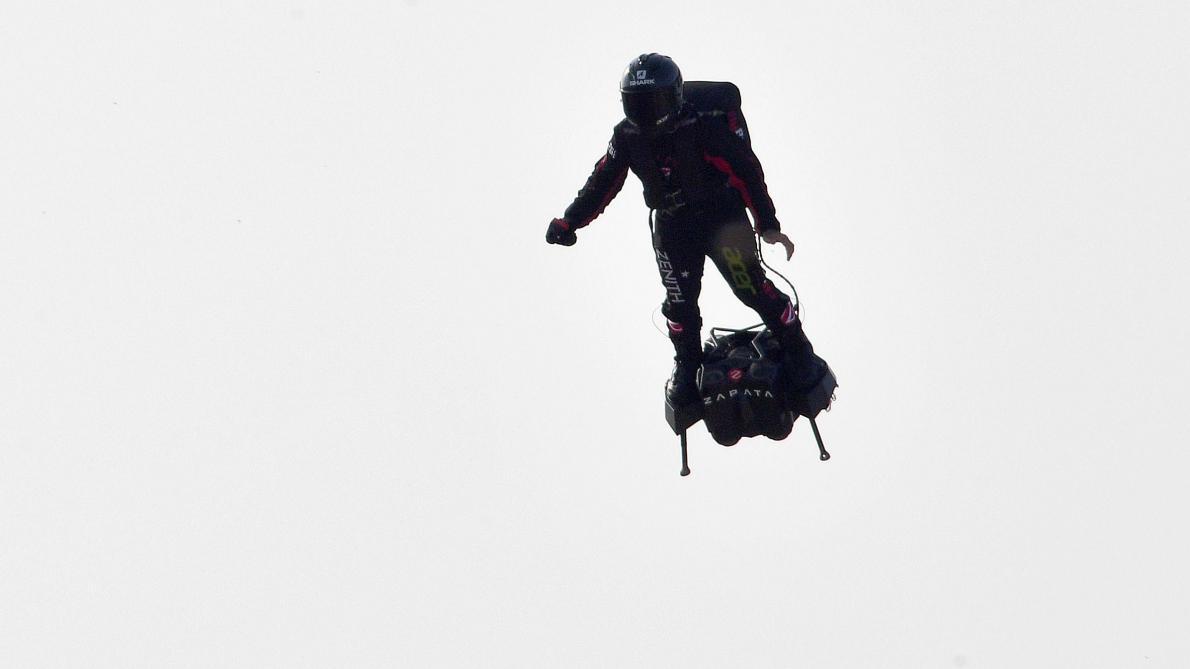 Franky Zapata réussit à franchir La Manche sur son Flyboard — Exploit
