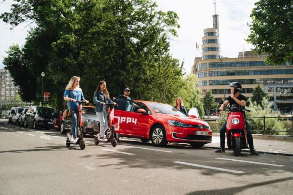 Voitures, Scooters Et Trottinettes: Poppy Est La Première
