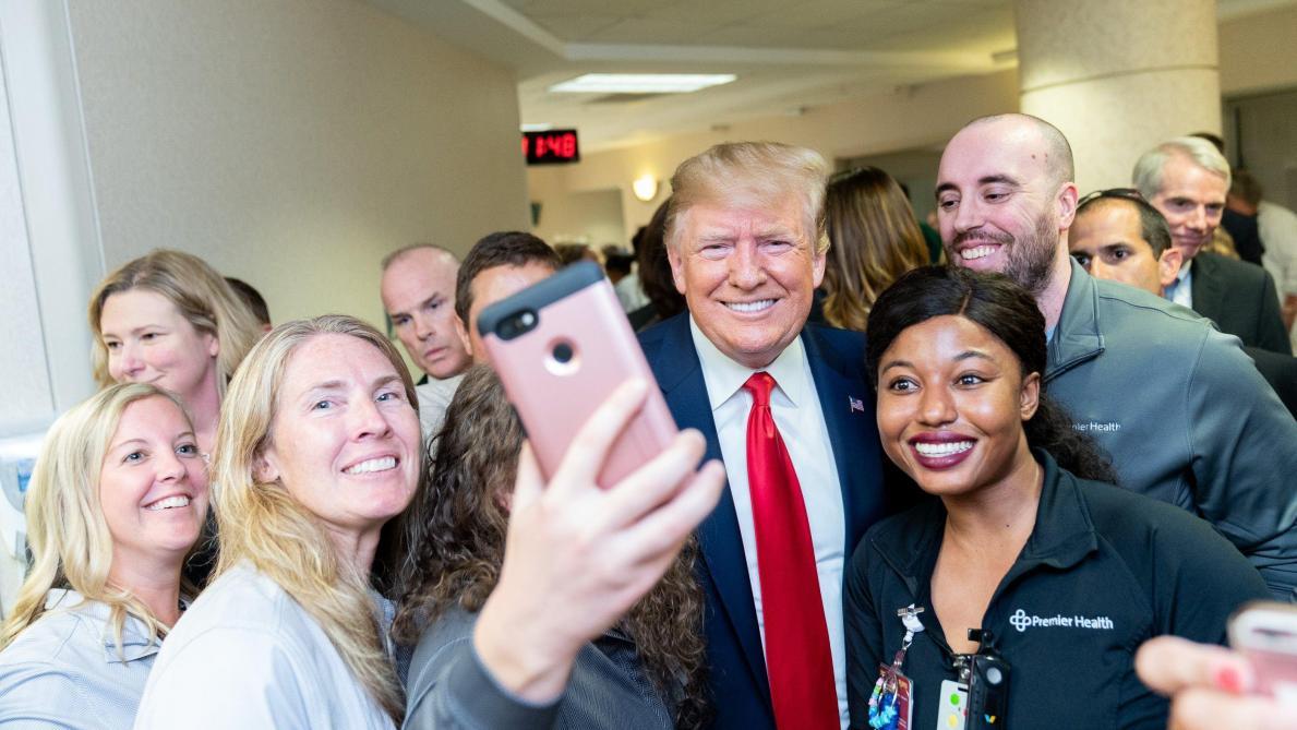 Les images (et les selfies) de Donald Trump en visite à Dayton et à El Paso après les fusillades
