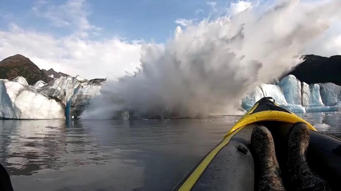 Deux kayakistes filment (d'un peu trop près) l'effondrement d'un glacier en Alaska