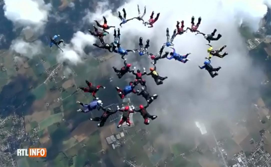 Record battu par 29 parachutistes belges: «Environ 70 secondes pour réaliser les figures»