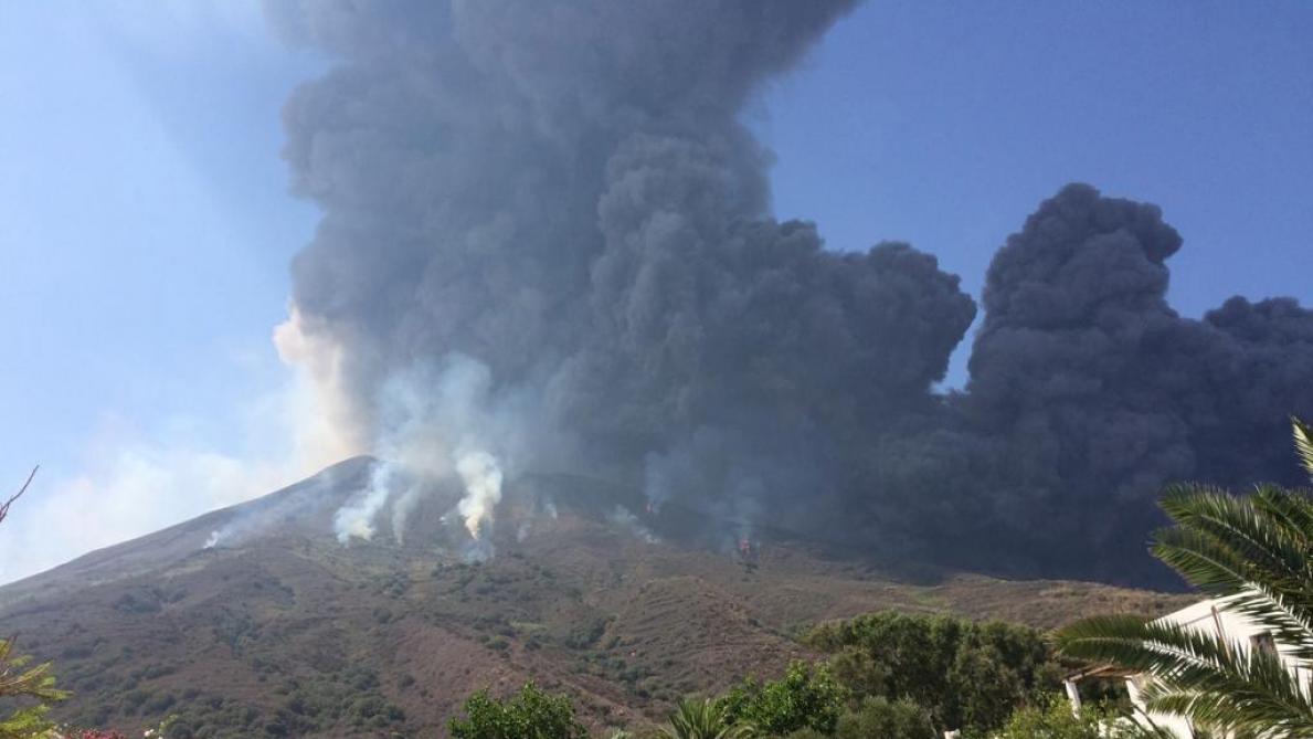 Nouvelle et violente éruption du volcan Stromboli: une immense colonne de fumée visible à des kilomètres (vidéos)