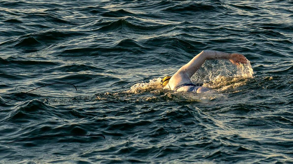 France: une Américaine traverse quatre fois la Manche à la nage sans s'arrêter, une première