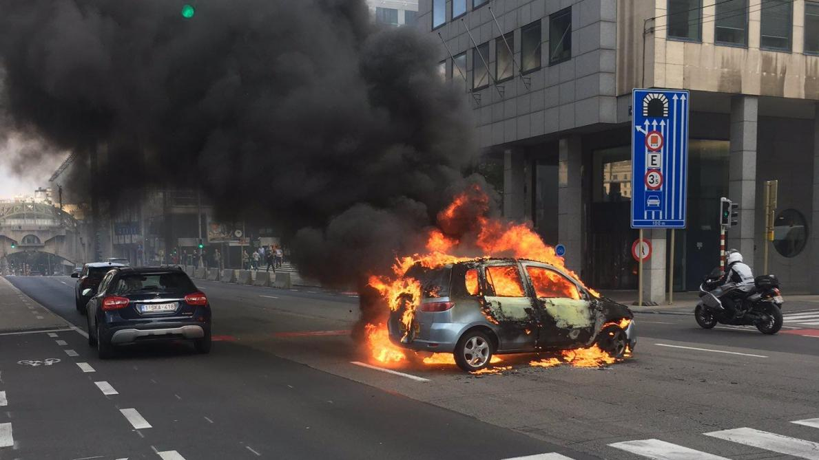 Bruxelles: une voiture prend feu rue Belliard (photos et vidéos)