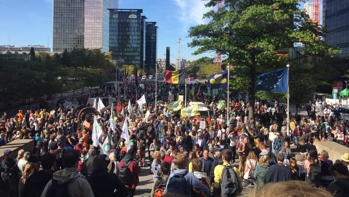 Grève mondiale pour le climat: au moins 15.000 personnes défilent à Bruxelles (direct)