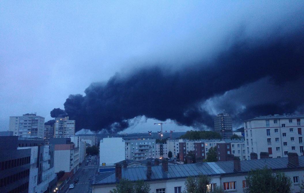 Les images du spectaculaire incendie dans une usine à haut risque à Rouen