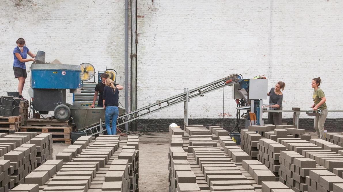 Un exemple de matériau vertueux : les briques, dalles et enduits en terre crue de la coopérative bruxelloise BC materials, qui recycle ainsi les terres en provenance de chantiers.