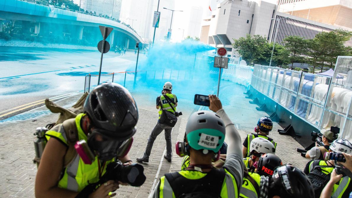 Les manifestants, masque sur le visage, défient l'autorité — Hong Kong